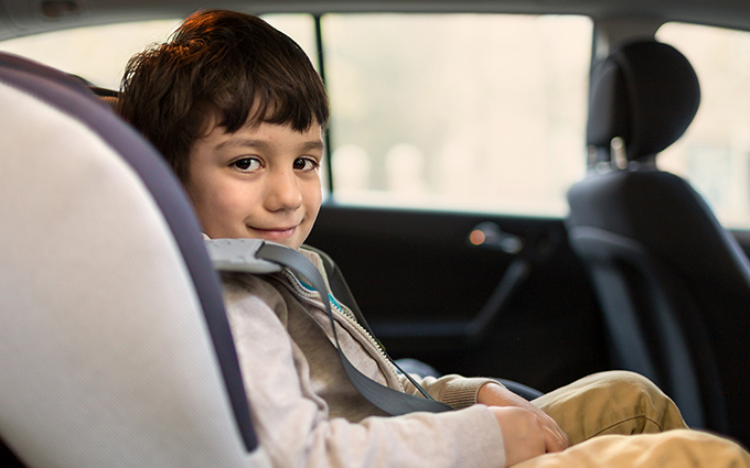 Kisgyerek a lerobbant autóban!
