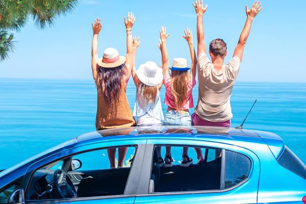 család az autó tetején