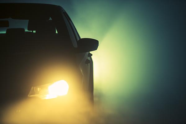 autó ködben